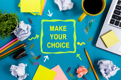 Operi la vostra scelta Lo scrittorio con i rifornimenti, il blocco note in bianco bianco, la tazza, la penna, pc della tavola del Immagini Stock Libere da Diritti