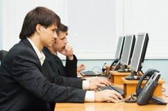 Opetators do serviço de atenção a o cliente no trabalho Fotografia de Stock Royalty Free