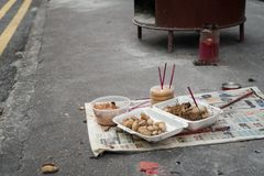 Opferangebot auf Straße auf dem chinesischen Geist-Festival-Geist-Festival 03 stockfotografie
