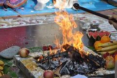 Opferfeuer in der Vedic Hochzeit Stockfotos