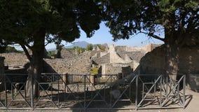Opgegraven blijft van gebouwen op grondgebied van de stad-stad van Pompei, opeenvolgingsschot stock footage