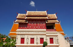 Opgeheven bibliotheek met gebeeldhouwde basis in Wat Phra Singh in Chiang Mai Stock Foto's