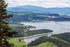 Opgeheven de lentelandschap van Dospat-dam, Bulgarije stock afbeelding