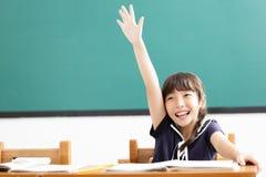 opgeheven het meisje dient klaslokaal in stock foto