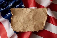 opgeheven mening van uitstekend spatie verfrommeld document op Amerikaanse vlag royalty-vrije stock afbeelding