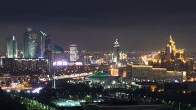 Opgeheven nachtmening over het stadscentrum en centraal bedrijfsdistrict met circus Timelapse, Kazachstan, Astana stock videobeelden