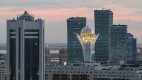 Opgeheven nachtmening over het stadscentrum en centraal bedrijfsdistrict met gele torens Timelapse, Kazachstan, Astana stock videobeelden