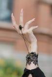 Opgeheven op hand met ringen Stock Foto