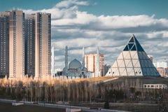 Opgeheven panorama over Astana in Kazachstan met Paleis van Vrede en Verzoening royalty-vrije stock foto's