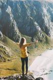 Opgeheven reizigers de vrouw overhandigt de vakanties van de de zomerreis stock foto