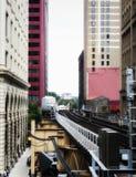 Opgeheven Treinsporen boven de straten en tussen gebouwen bij de Lijn - Zacht en Korrelig Artistiek Effect - Chicago, Illinois stock afbeelding