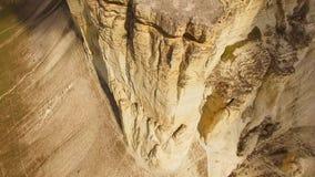 Opgeheven van het grond rotsachtige die plateau, steil door krijtrotsen van rotsen wordt geschetst De mening van het vogel` s oog stock videobeelden