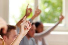 Opgeheven vingers in klasse Stock Afbeeldingen