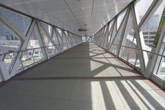 Opgeheven voetganger skywalk tussen gebouwen Stock Afbeeldingen