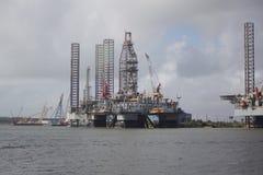 Opgelegd booreiland met vervoerschepen in haven bij Galveston-Haven royalty-vrije stock foto