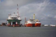 Opgelegd booreiland met vervoerschepen in haven bij Galveston-Haven stock foto's