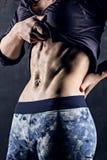 Opgeleid vrouwelijk lichaamsclose-up, buikspieren royalty-vrije stock afbeelding
