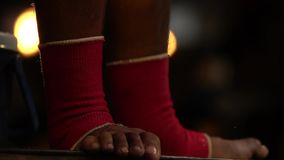 Opgeleide sportieve spierbenen van muay Thaise vechter Aziatische omhoog geschoten bokser dicht Krijgsart competition stock video