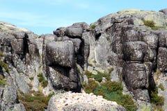 Opgepoetste zwarte rotsen dichtbij Covao do Boi, Portugal Stock Afbeeldingen