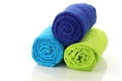 Opgerold kleurrijk en gestapelde badkamershanddoeken Royalty-vrije Stock Foto