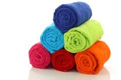 Opgerold kleurrijk en gestapelde badkamershanddoeken Stock Afbeelding