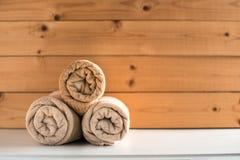 Opgerolde badhanddoeken op houten achtergrond royalty-vrije stock foto