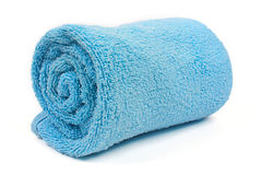 Opgerolde blauwe strandhanddoek stock fotografie