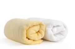 Opgerolde gele en witte strandhanddoeken stock afbeeldingen