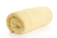 Opgerolde gele strandhanddoek royalty-vrije stock foto's