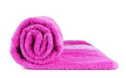 Opgerolde roze handdoek op wit stock afbeelding