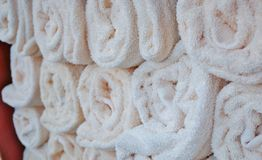 Opgerolde witte handdoeken stock afbeeldingen