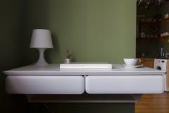 Opgeschort compact bureau voor een flatje in wit met witte laptop royalty-vrije stock afbeelding