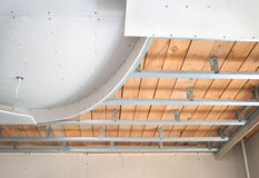 Opgeschort plafond, dat uit gipsplaat bestaat Royalty-vrije Stock Fotografie