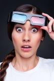 Opgeschrokken vrouw in 3d glazen Stock Fotografie
