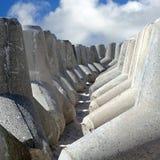 Opgeslagen Tetrapods voor de kustbescherming op de islan Noordzee Stock Fotografie