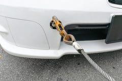 Opgesplitste die auto met haak en ketting wordt gepast die worden gesleept Royalty-vrije Stock Afbeeldingen