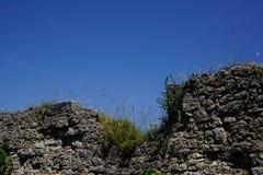Opgesplitste kasteelmuur en blauwe hemel stock fotografie