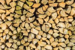 Opgestapelde gehakte bos houten logboeken, vernieuwbaar middel voor thermische energie stock afbeelding