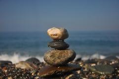 Opgestapelde kei in het overzeese strand Stock Afbeeldingen