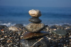 Opgestapelde kei in het overzeese strand Royalty-vrije Stock Foto's