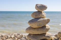 Opgestapelde omhoog rotsen door de oceaan Stock Fotografie