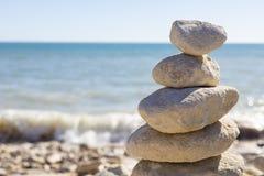 Opgestapelde omhoog rotsen door de oceaan Royalty-vrije Stock Foto