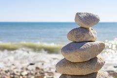 Opgestapelde omhoog rotsen door de oceaan Royalty-vrije Stock Fotografie