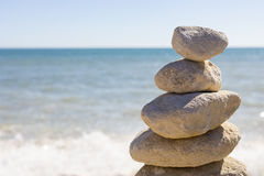 Opgestapelde omhoog rotsen door de oceaan Stock Afbeeldingen
