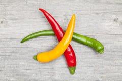 Opgestapelde pepperonis Stock Foto's