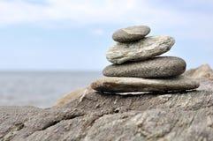 Opgestapelde stenen op rots Stock Fotografie
