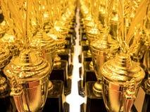 Opgestelde trofeeën voor competities Stock Foto's