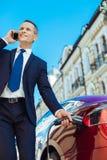 Opgetogen bezige mens die een telefoongesprek hebben Stock Afbeelding