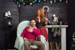 Opgetogen familie het vieren Nieuwjarenvooravond thuis royalty-vrije stock foto's