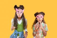 Opgetogen gelukkige meisjes die voor de maskerade voorbereidingen treffen royalty-vrije stock fotografie